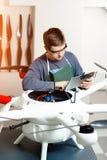 Ingeniero o técnico de sexo masculino joven con sostener la tableta en su abejón de los programas de las manos Fotografía de archivo libre de regalías