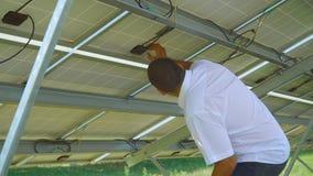 Ingeniero que comprueba el dorso de la batería solar metrajes