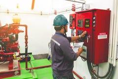 Ingeniero que comprueba el sistema de extinción de incendios industrial del generador foto de archivo