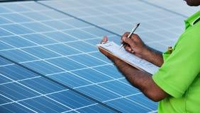 Ingeniero que controla la estación solar Foto de archivo libre de regalías