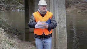 Ingeniero que escribe la documentación debajo del puente metrajes