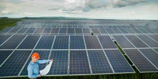 Ingeniero que examina la estación del panel solar foto de archivo