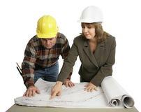 Ingeniero que explica el trabajo
