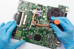 Ingeniero que fija el ordenador roto en el trabajo fotografía de archivo libre de regalías