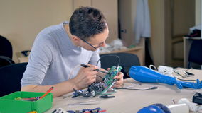 Ingeniero que fija una mano robótica biónica 4K