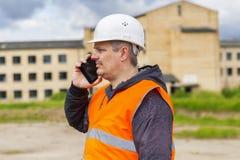 Ingeniero que habla en el teléfono celular cerca del edificio Imagen de archivo