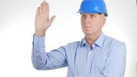Ingeniero que lleva Helmet Salute del hombre de negocios con gestos de una mano foto de archivo
