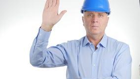 Ingeniero que lleva Helmet Salute del hombre de negocios con gestos de una mano foto de archivo libre de regalías