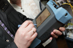 Ingeniero que mide óptico de fibra Fotografía de archivo