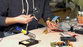 Ingeniero que mira a una placa de circuito almacen de metraje de vídeo