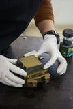 Ingeniero que prepara una muestra del suelo en un molde para el prueba de laboratorio directo del esquileo Imagen de archivo