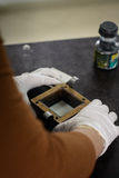 Ingeniero que prepara una muestra del suelo en un molde para el prueba de laboratorio directo del esquileo Fotografía de archivo