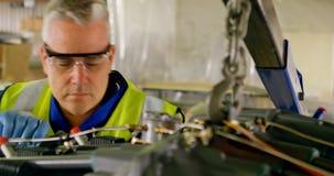 Ingeniero que repara el motor de avión 4k metrajes