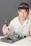 Ingeniero que repara la tarjeta de circuitos Imagen de archivo libre de regalías