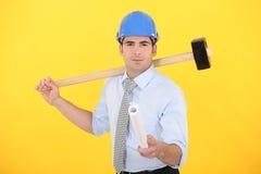 Ingeniero que sostiene un modelo enrollado Imagen de archivo