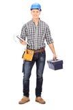 Ingeniero que sostiene una caja de herramientas y un tablero Imagen de archivo libre de regalías