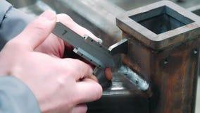 Ingeniero que toma lecturas del instrumento para medir y supervisar las soldaduras almacen de video