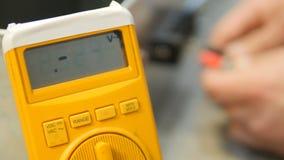 Ingeniero que trabaja con el multímetro en laboratorio almacen de video