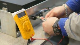 Ingeniero que trabaja con el multímetro en laboratorio almacen de metraje de vídeo