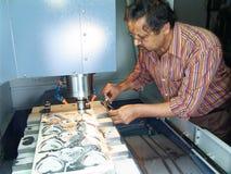 Ingeniero que trabaja en la máquina del CNC Imágenes de archivo libres de regalías