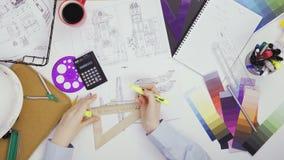 Ingeniero que trabaja en un bosquejo plano del diseño metrajes