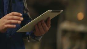 Ingeniero que usa Tablet PC adentro en fábrica de la industria pesada Fondo de pulido de las chispas almacen de video