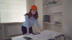Ingeniero Redheaded en el trabajo almacen de metraje de vídeo