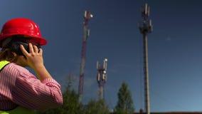 Ingeniero Talking On Phone que discute nuevo proyecto almacen de metraje de vídeo