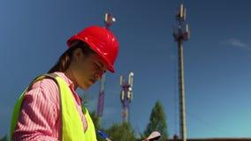 Ingeniero In un casco que examina el nuevo equipo almacen de metraje de vídeo