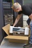 Ingeniero Unboxing New Router de las TIC fotografía de archivo libre de regalías