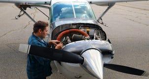 Ingeniero usando la tableta digital mientras que mantiene el motor de avión 4k almacen de metraje de vídeo