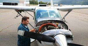 Ingeniero usando la tableta digital mientras que mantiene el motor de avión 4k metrajes