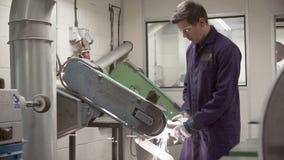 Ingeniero Using Grinding Machine en fábrica almacen de metraje de vídeo