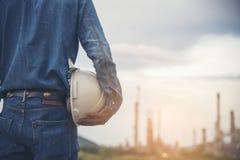 Ingeniero Wear Jeans And que sostiene el casco blanco imagen de archivo