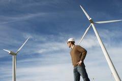 Ingeniero At Wind Farm Foto de archivo libre de regalías