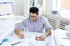 Ingeniero Working en el escritorio imagen de archivo