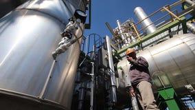 Ingeniero a worrking en planta de refinería almacen de metraje de vídeo