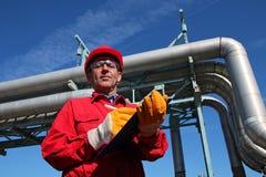 Ingeniero y tuberías de la refinería de petróleo Fotos de archivo libres de regalías