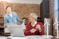 Ingenieros agradables que comunican mientras que trabaja en modelos Imagen de archivo libre de regalías