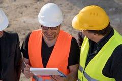 Ingenieros civiles que escriben en un cuaderno foto de archivo
