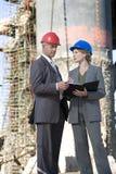 Ingenieros de la encuesta sobre la plataforma petrolera Imágenes de archivo libres de regalías