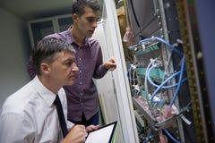 Ingenieros de la red en sitio del servidor Fotos de archivo libres de regalías
