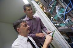 Ingenieros de la red en sitio del servidor Imagen de archivo libre de regalías