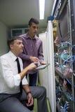 Ingenieros de la red en sitio del servidor Foto de archivo libre de regalías