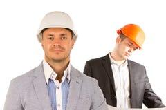 Ingenieros de sexo masculino hermosos en el fondo blanco foto de archivo