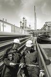 Ingenieros del petróleo y gas dentro de la industria Fotos de archivo libres de regalías