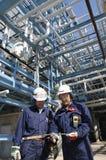 Ingenieros dentro de la petróleo-refinería Imágenes de archivo libres de regalías