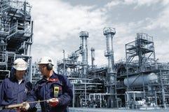 Ingenieros dentro de la petróleo-refinería grande Fotografía de archivo libre de regalías