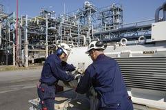 Ingenieros dentro de la refinería de petróleo Fotografía de archivo