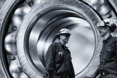 Ingenieros dentro del transporte gigante del titanio Imagen de archivo libre de regalías